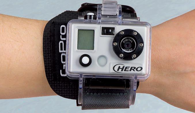 La GoPro Digital Hero 3 può essere fissata al casco, al polso, al manubrio della moto o al parabrezza dell'auto. Ti accompagnerà ovunque nelle tue imprese estreme.
